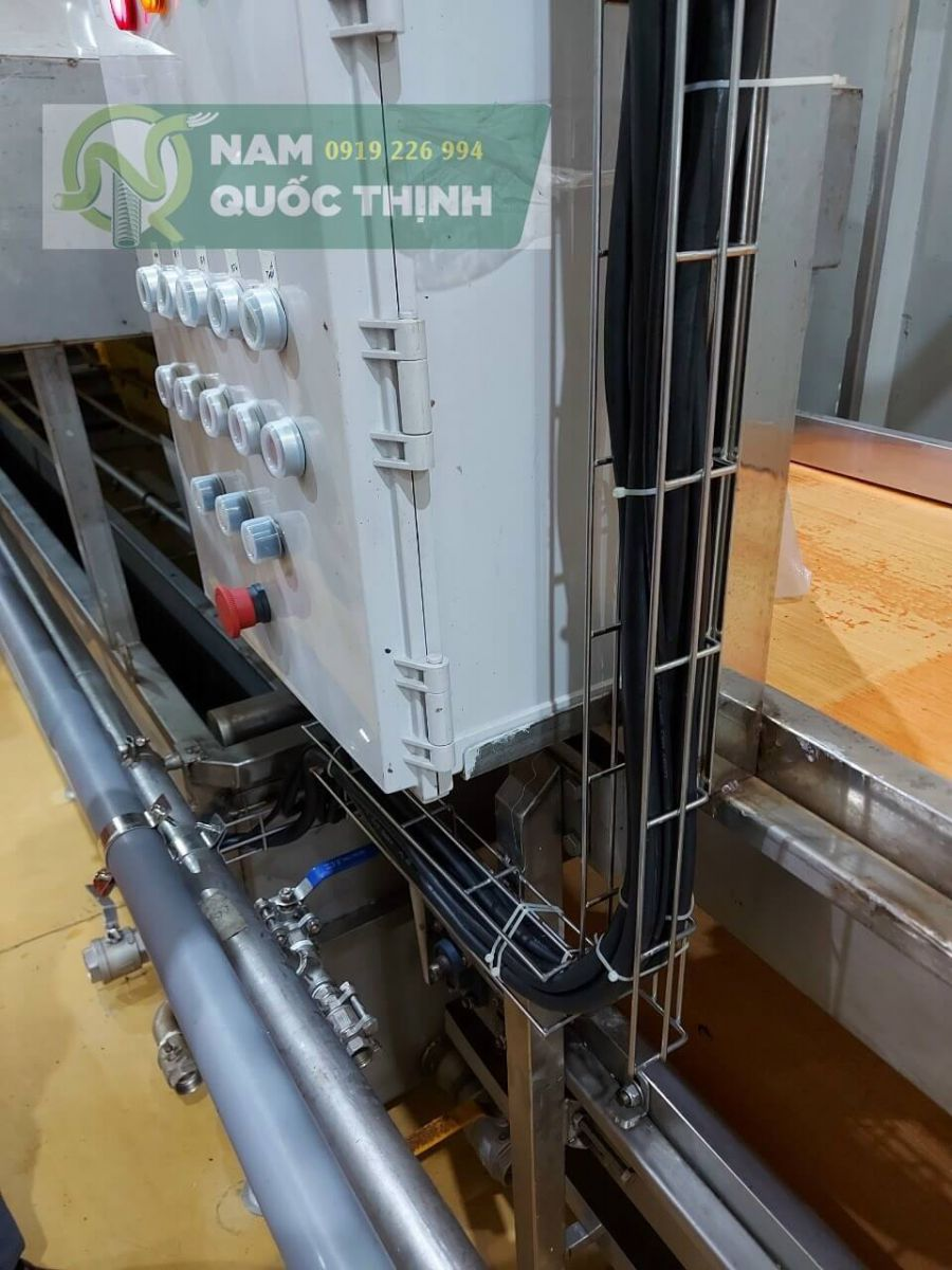 Máng điện lưới inox 304 đi trong nhà máy