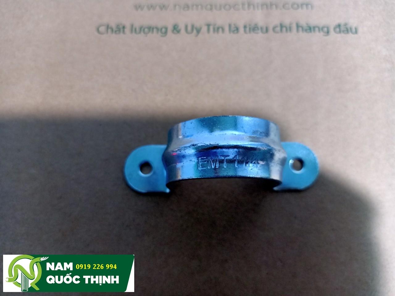 Kẹp omega giữ ống thép luồn dây điện trơn phi 42