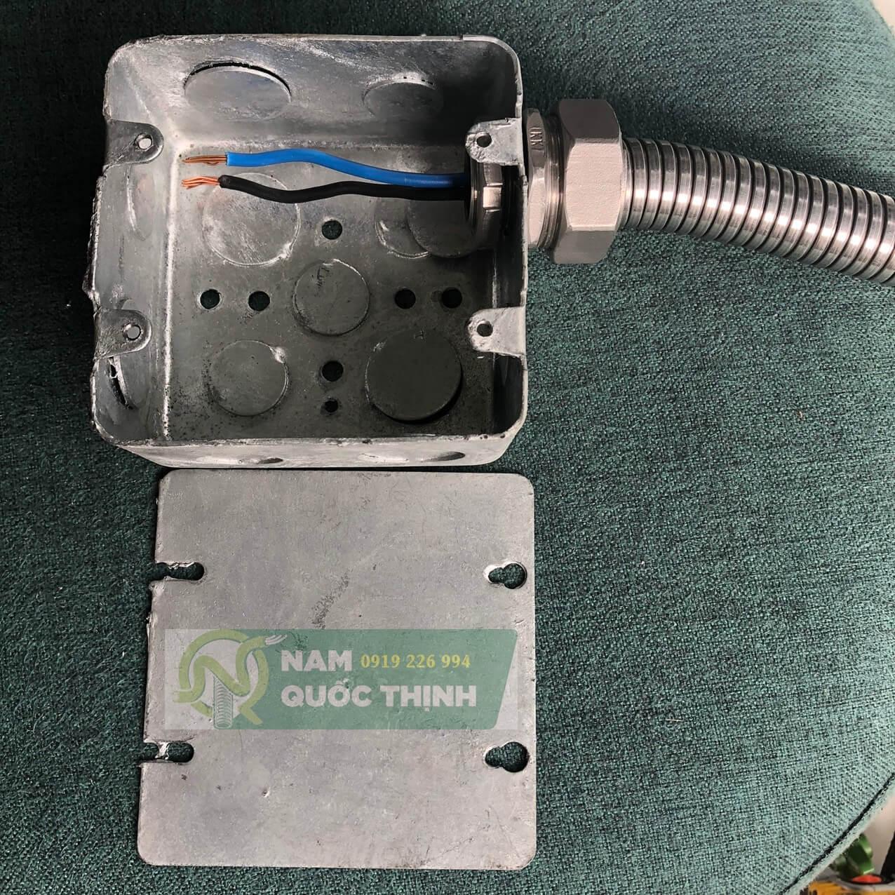 Đầu nối ống ruột gà inox 304 vào hộp thép âm tường nhúng nóng