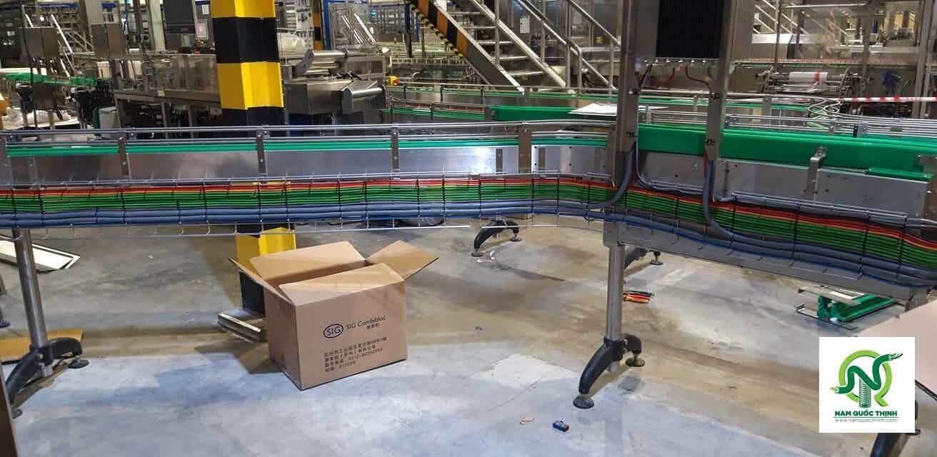 Lắp đặt máng lưới inox 304 tại hệ thống băng chuyền nhà máy